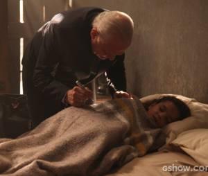 """Um médico foi chamado por Manfred (Carmo Dalla Vecchia) para tratar de Pérola (Mel Maia) em """"Joia Rara"""""""