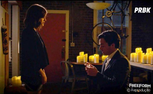 """Em """"Pretty Little Liars"""", Ezra pede Aria (Lucy Hale) em casamento!"""