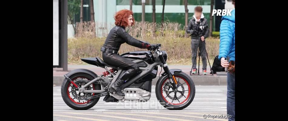 """Dublê na pele de Viúva Negra (Scarlett Johansson) pilota moto em set de """"Os Vingadores 2"""""""
