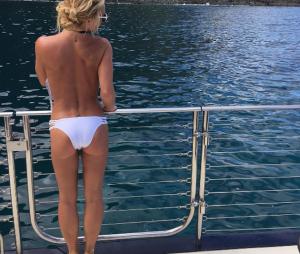 Britney Spears faz topless no Havaí e posta foto no Instagram