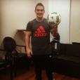 Arthur Zanetti, ídolo daGinástica Artística, posa com a bola de futebol usada nasOlimpíadas Rio 2016