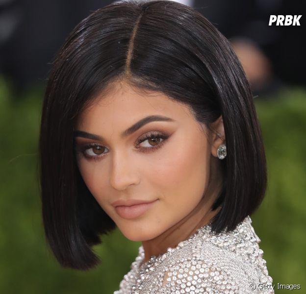 Kylie Jenner some do Snapchat e revela estar sofrendo com intoxicação alimentar