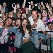 """Selena Gomez afastada dos palcos? Fãs lamentam pausa na carreira da gata: """"Estamos rezando por ela"""""""