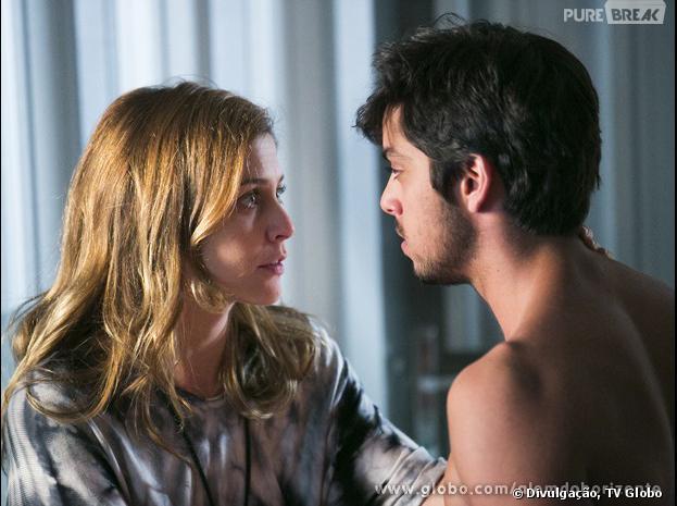 """Em """"Além do Horizonte"""",Paulinha (Christiana Ubach) pega Marlon (Rodrigo Simas) em seu alojamento e é seduzida pelo gato"""