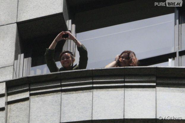 Demi Lovato acena para fãs na porta de hotel em São Paulo, no Brasil