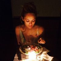 "Isabelle Drummond posta foto durante jantar romântico: ""Amor"""