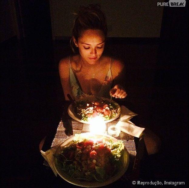 """Isabelle Dummond, namorada de Tiago Iorc, compartilha foto de jantar romântico: """"Amor"""", escreveu ela na legenda da imagem"""