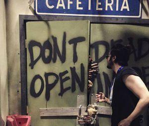 """Luan Santana curtiu o cenário apocalíptico da série """"The Walking Dead"""" no Universal Studios, em Orlando"""