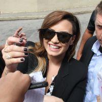 Demi Lovato no Rio: cantora distribui autógrafos e simpatia na porta do hotel