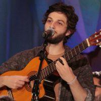 """Chay Suede, de """"A Lei do Amor"""", comemora carreira musical e brinca sobre """"virar"""" Gianecchini"""