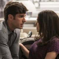 """Novela """"Haja Coração"""": Felipe (Marcos Pitombo) e Shirlei namoram em segredo após chantagem"""