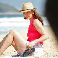"""Na novela """"Em Família"""": Helena ignora Luiza ao encontrar com ela na praia"""