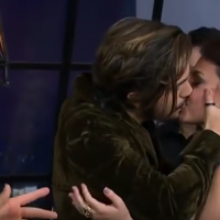 Luan Santana beija Bruna Louise na boca após brincadeira de Felipe Neto no Prêmio Multishow 2016