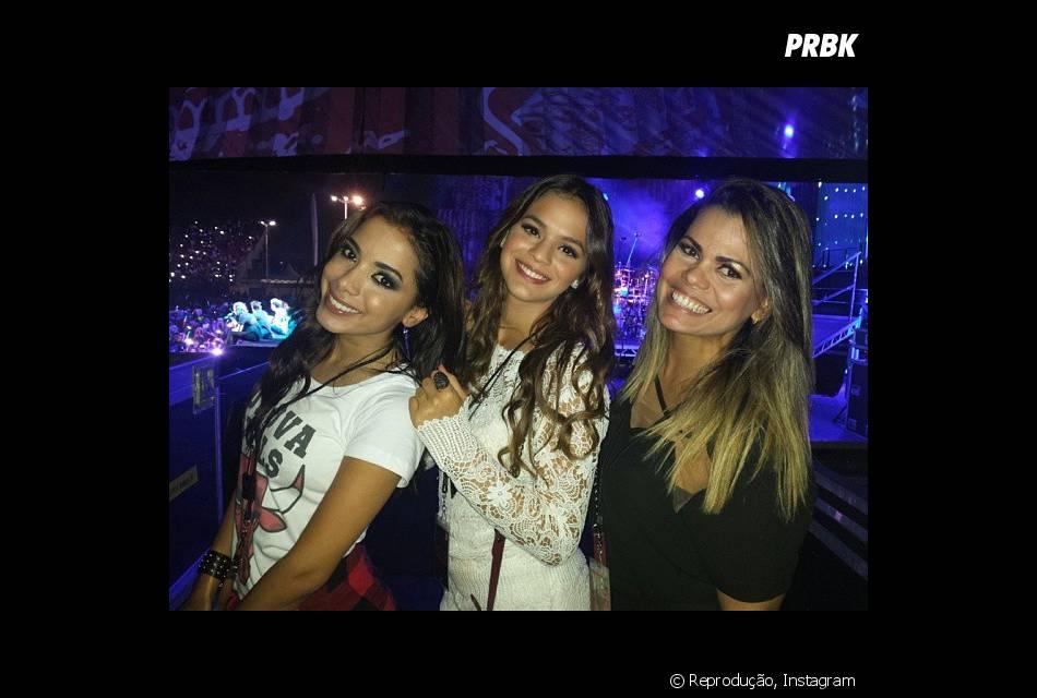 Bruna Marquezine e Anitta assistiram ao show do grupo One Direction no Rio de Janeiro de cima do palco