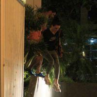 Isis Valverde zoa flagra de pulada de muro com o ator mexicano Uriel del Toro