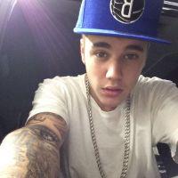 Justin Bieber levanta a camisa e mostra nova tatuagem em show! Confira
