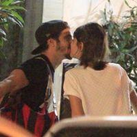 Caio Castro e Maria Casadevall são flagrados trocando beijos quentes no Rio