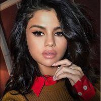 """Selena Gomez em """"13 Reasons Why"""": cantora aparece em foto com elenco da série e arranca elogios"""