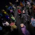 """Katy Perry aparece cercada de pessoas no clipe de """"Chained To The Rhythm"""""""