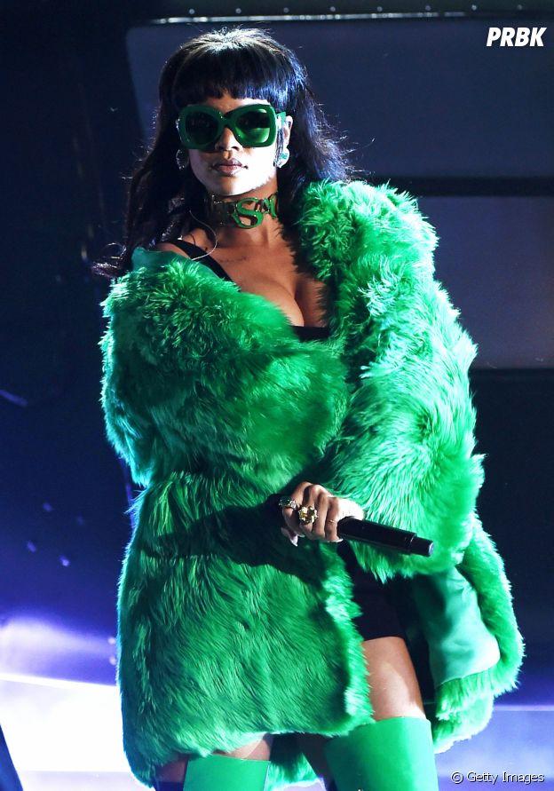 Rihanna muito rica e fina de Versace