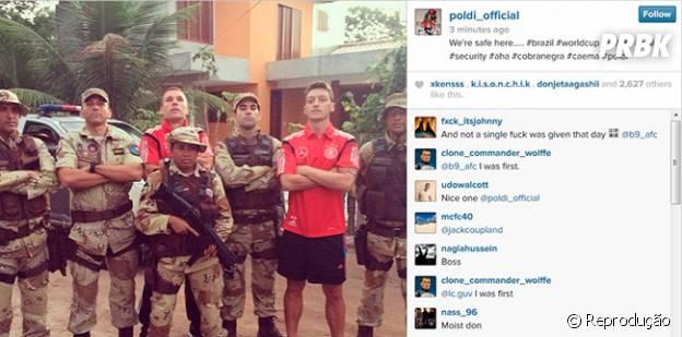 Já os atletas alemãs, Özil e Podolski posam ao lado dos políciais