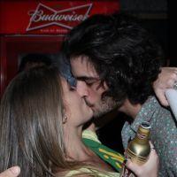 Fiuk é flagrado aos beijos com loira em festa após jogo do Brasil e Camarões