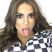 """Anitta é xingada de prostituta por seguidor e rebate: """"Adolescente machista e preconceituoso"""""""