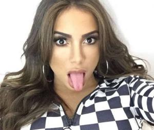 Anitta dá fora em seguidor que a chamou de prostituta