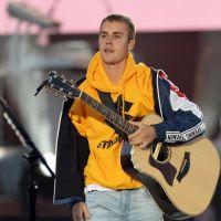 """Justin Bieber admite que não sabe cantar """"Despacito"""" durante show e fã taca objeto nele!"""