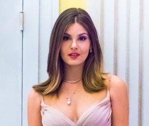 Camila Queiroz atualmente deixou suas madeixas acima dos ombros, mas também era uma deusa com o cabelão comprido, né?