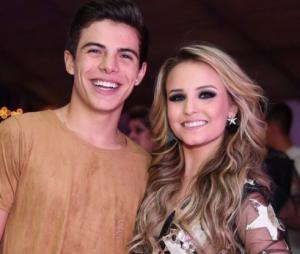 Larissa Manoela e Thomaz Costa assumem namoro e trocam alianças!