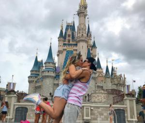 Larissa Manoela e Thomaz Costa aparecem em clima romântico na Disney!