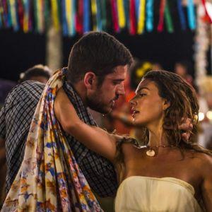 """Novela """"A Força do Querer"""": Zeca (Marco Pigossi) e Ritinha se beijam após discussão na cadeia!"""