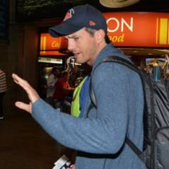 Ashton Kutcher desembarca em aeroporto de SP com cara de poucos amigos