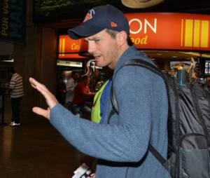 Ashton Kutcher desembarca no aeroporto de Guarulhos, em São Paulo, na tarde desta segunda-feira, 7 de julho de 2014