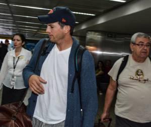 Ashton Kutcher chegou ao Brasil sem a companhia de Mila Kunis, noiva do ator