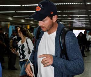 Conhecido pela simpatia e bom humor, Ashton Kutcher amarrou a cara e nem sorrisos deu no aeroporto