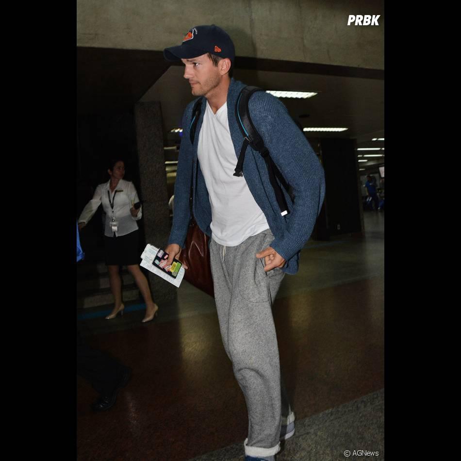 Será que Ashton Kutcher está tendo um mau dia?! Ao chegor no Brasil, o ator se quer deu um sorriso para os fotógrafos