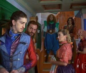 """Em """"Meu Pedacinho de Chão"""", Gina (Paula Barbosa), Pedro Falcão (Rodrigo Lombardi) e sua família estão trocando Nando (Johnny Massaro) por Viramundo (Gabriel Sater)"""