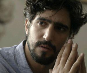 "Novela ""Os Dias Eram Assim"": Renato (Renato Góes) conta para Gustavo (Gabriel Leone) que é pai de Lucas (Xande Valois)"