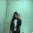 Maisa Silva tira selfies no espelho do banheiro