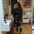 Maisa Silva não pode ver um espelho que já tira selfie!