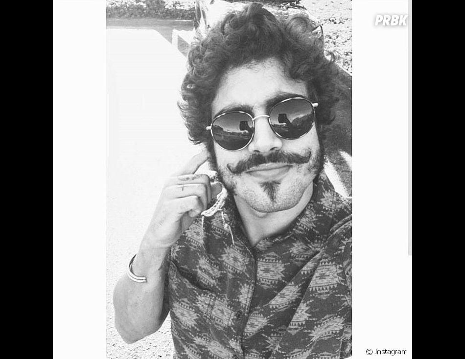 O Caio Castro fica bonito de qualquer jeito, mas de bigode...
