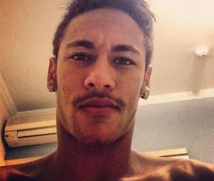 Apesar de não usar muito, Neymar também fica ótimo de bigode!
