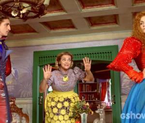 """Gina (Paula Barbosa) e Nando (Johnny Massaro) se beijam e são flagrados por Dona Tê (Inês Peixoto) em """"Meu Pedacinho de Chão"""""""