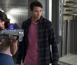 "Iris (Candice Patton) e Wally (Keiynan Lonsdale) protegem S.T.A.R. Labs em foto da 4ª temporada de ""The Flash"""