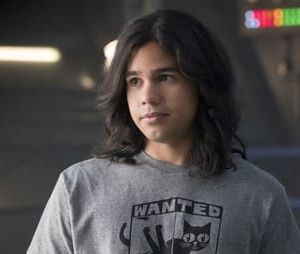 "Química no ar! Novas fotos de ""The Flash"" mostram Gypsy (Jessica Camacho) e Cisco (Carlos Valdes)"