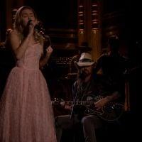 """Miley Cyrus canto ao lado do pai em cover de """"Wildflowers"""" e faz homenagem a Tom Petty!"""