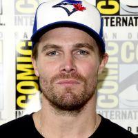 """De """"Arrow"""", Stephen Amell se pronuncia após produtor da série ser acusado de assédio"""