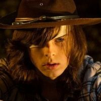 "De ""The Walking Dead"", Chandler Riggs muda o visual e fãs especulam saída do ator da série"